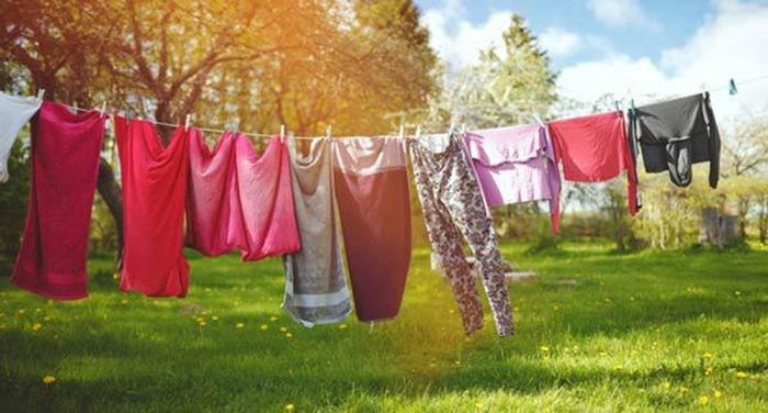 Mộng thấy đang phơi quần áo thì bị trượt chân té báo hiệu nhà bạn sắp có tang nên hãy bảo người thân đi đứng một cách cẩn thận